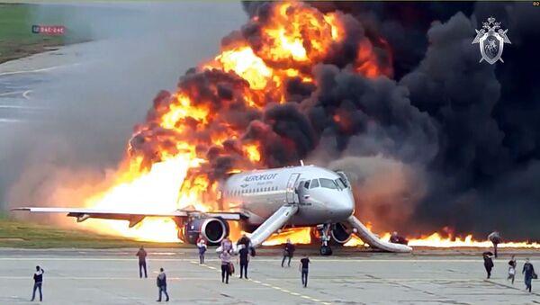 Incendio del Superjet de Aeroflot en el aeropuerto Sheremétievo de Moscú (archivo, mayo de 2019) - Sputnik Mundo