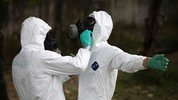 Militares brasileños en trajes protectores durante la pandemia de coronavirus - Sputnik Mundo