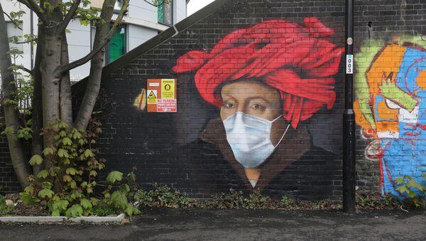 Un grafiti con una mascarilla en Londres - Sputnik Mundo