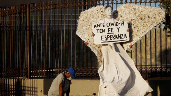 Un activista cristiano frente a un hospital de la Ciudad Juárez - Sputnik Mundo