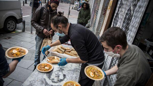 Vecinos de Malasaña reparten comida gratis del restaurante Casa28. - Sputnik Mundo