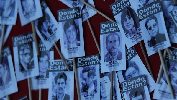Carteles con fotos de detenidos desaparecidos - Sputnik Mundo