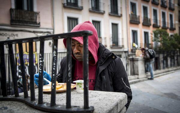Una persona come enfrente del restaurante Casa28, en Madrid. - Sputnik Mundo