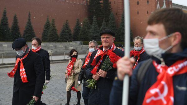 Guennadi Ziugánov, líder del Partido Comunista de Rusia (KPRF) junto con los miembros del partido en la Plaza Roja cerca del Mausoleo de Lenin en Moscú, Rusia - Sputnik Mundo