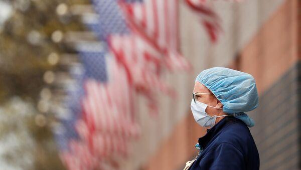 Una mujer cerca de las banderas de EEUU - Sputnik Mundo