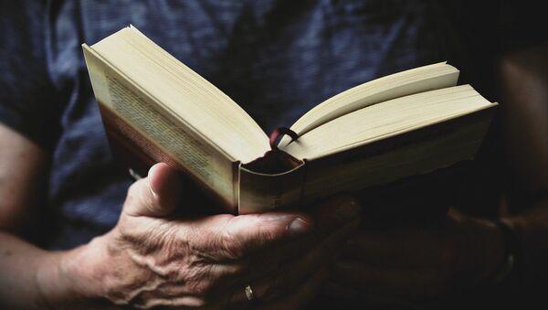 Un lector lee un libro - Sputnik Mundo