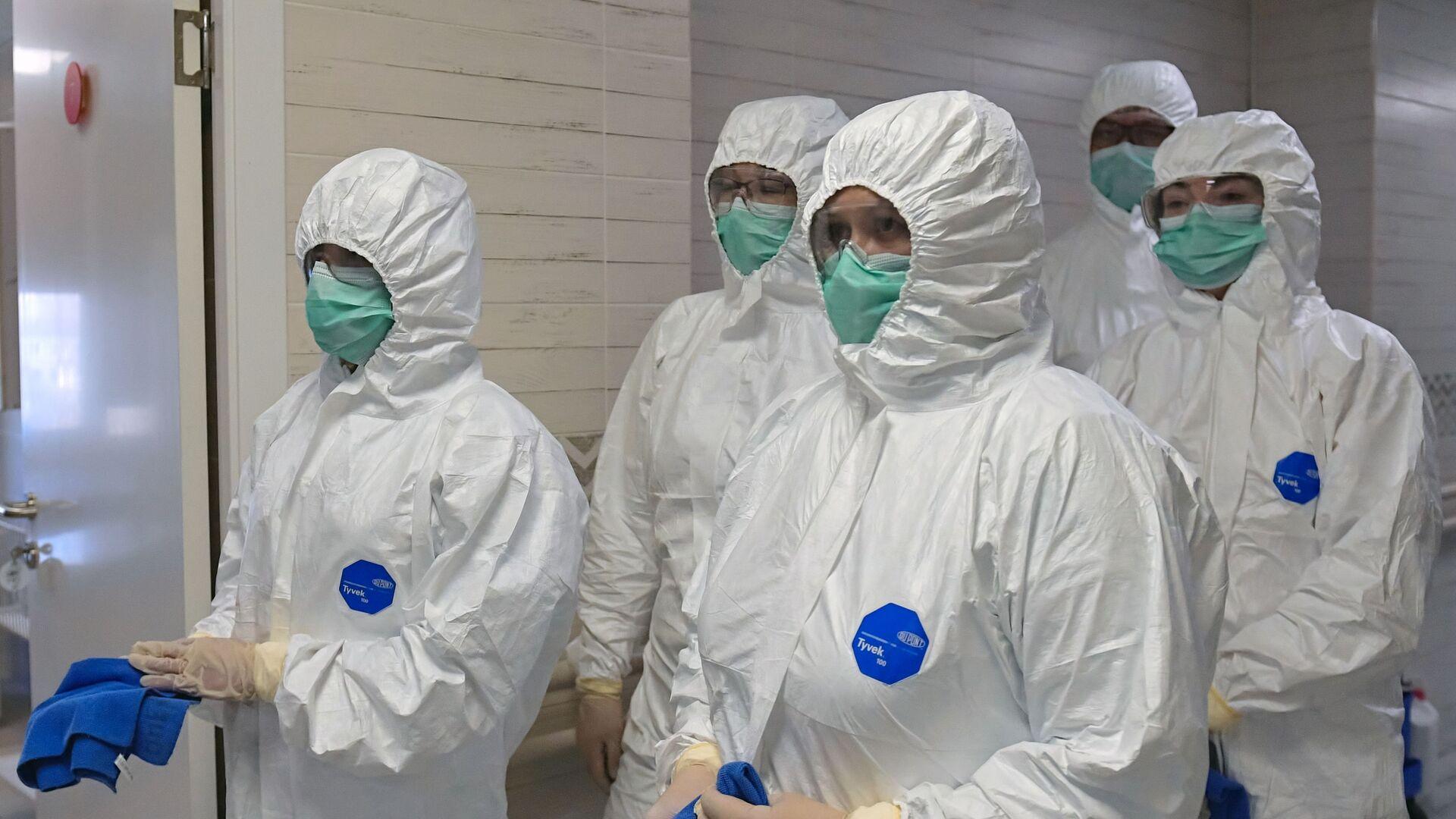 Médicos rusos en trajes de protección - Sputnik Mundo, 1920, 17.02.2021