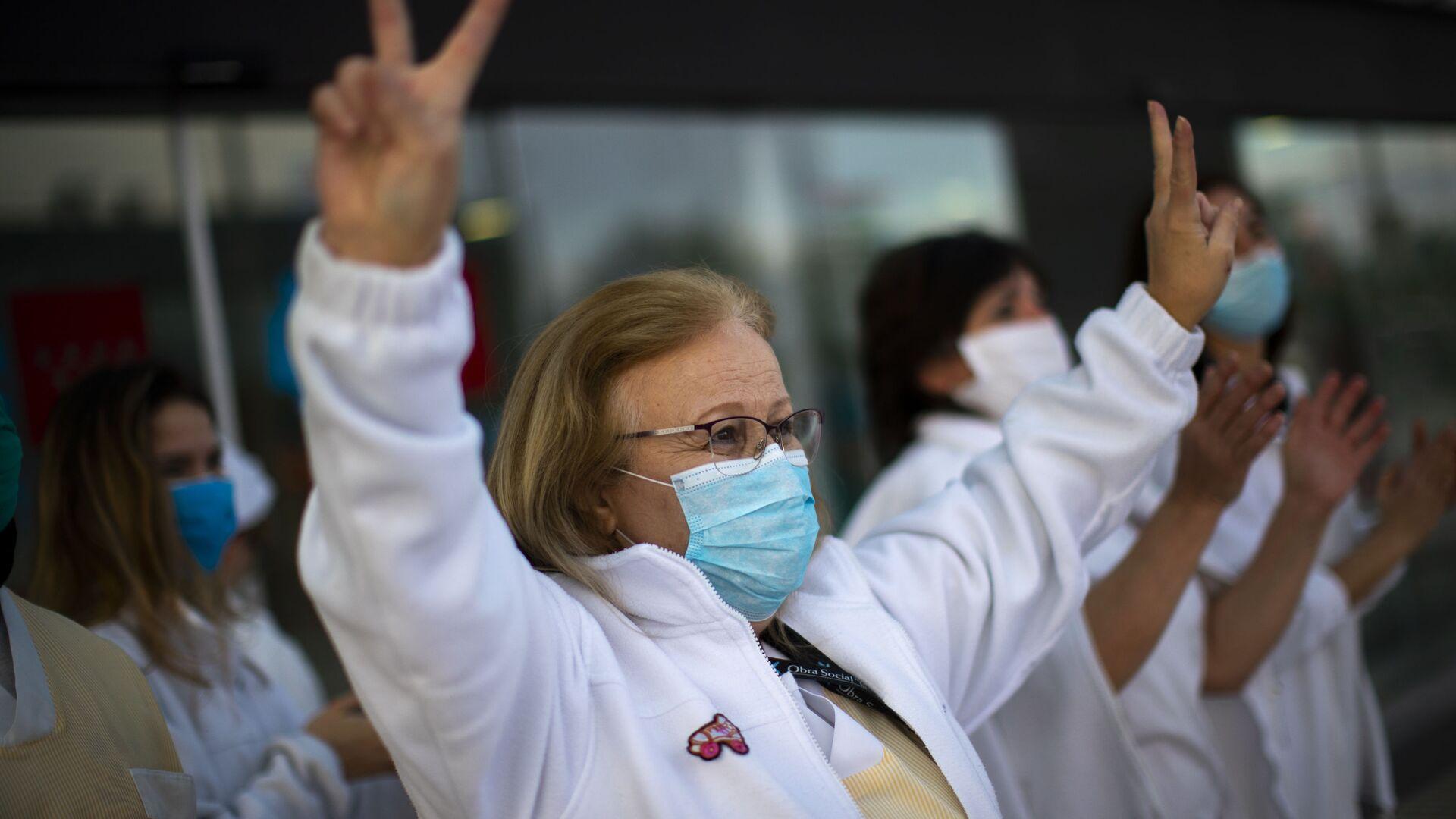 Trabajadora médica hace una señal de victoria en un gesto en apoyo al personal que está trabajando para vencer el brote del coronavirus SARS-CoV-2 en el hospital Puerta de Hierro en Majadahonda (España) - Sputnik Mundo, 1920, 16.09.2021