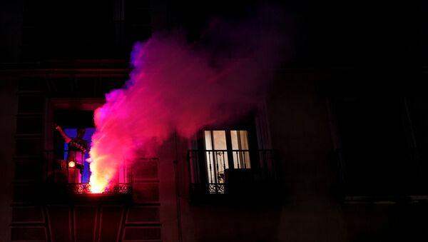 Un joven celebra el Día de la Comunidad de Madrid desde su ventana  - Sputnik Mundo