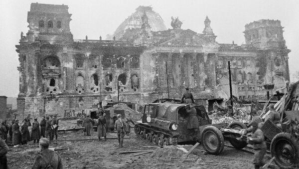 El Ejército soviético en el Reichstag en los primeros días después de la rendición de Alemania - Sputnik Mundo