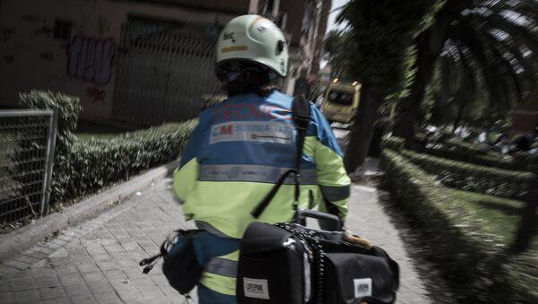 Un miembro del SUMMA, servicio de emergencias de Madrid, acude a un incidente - Sputnik Mundo