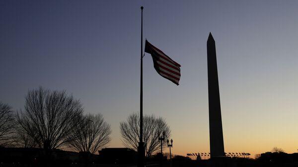 La bandera de EEUU y el Memorial de la Segunda Guerra Mundial en Washington - Sputnik Mundo
