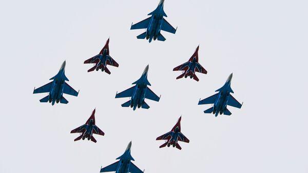 El grupo aéreo formado por los Strizhí y Russkie Vitiazi (Caballeros rusos) - Sputnik Mundo
