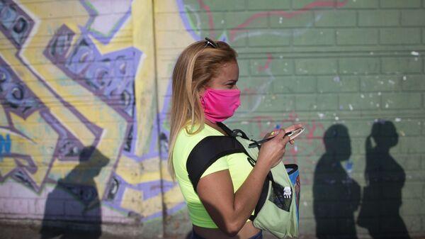 Una mujer en mascarilla en Caracas - Sputnik Mundo