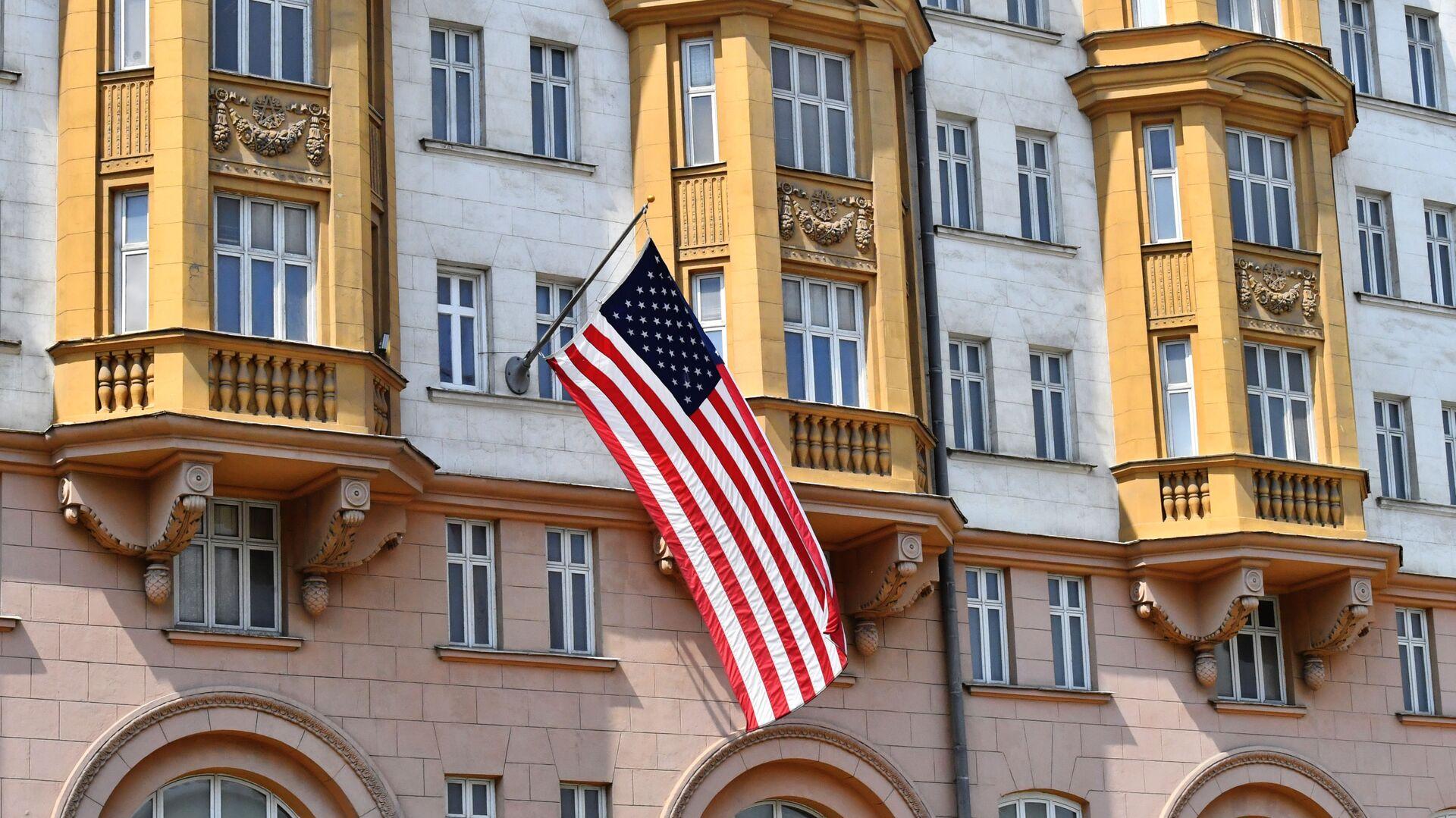 La bandera de EEUU en el edificio de la Embajada en Moscú, Rusia - Sputnik Mundo, 1920, 18.03.2021