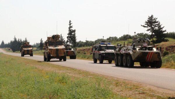 Patrullaje conjunto de Rusia y Turquía de la autopista M4 en Idlib en Siria (archivo) - Sputnik Mundo