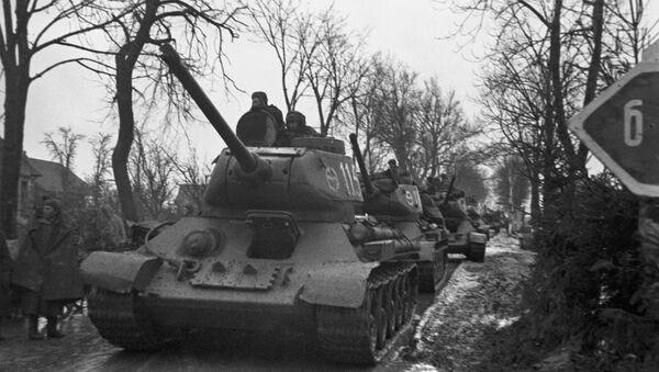 Tanques soviéticos en una de las repúblicas bálticas durante la Segunda Guerra Mundial - Sputnik Mundo