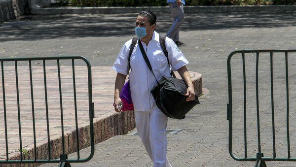 Jorge Sánchez, enfermero del Hospital General de la Zona #27 de Tlatelolco antes de abordar el transporte que lo llevará a su lugar de trabajo - Sputnik Mundo
