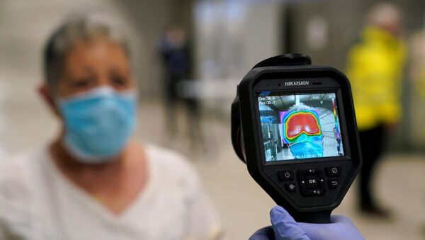 Miden la temperatura para detectar el posible contagio con coronavirus en España - Sputnik Mundo