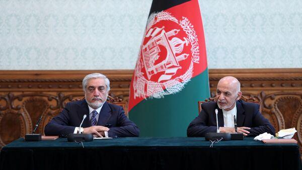 El presidente de Afganistán, Ashraf Ghani, y el exjefe del Ejecutivo Abdullah Abdullah firman el acuerdo político  - Sputnik Mundo