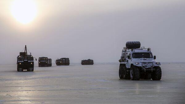 Equipos militares rusos durante pruebas en el Ártico - Sputnik Mundo