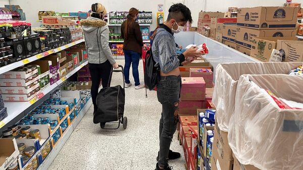 Clientes comprando en un supermercado - Sputnik Mundo