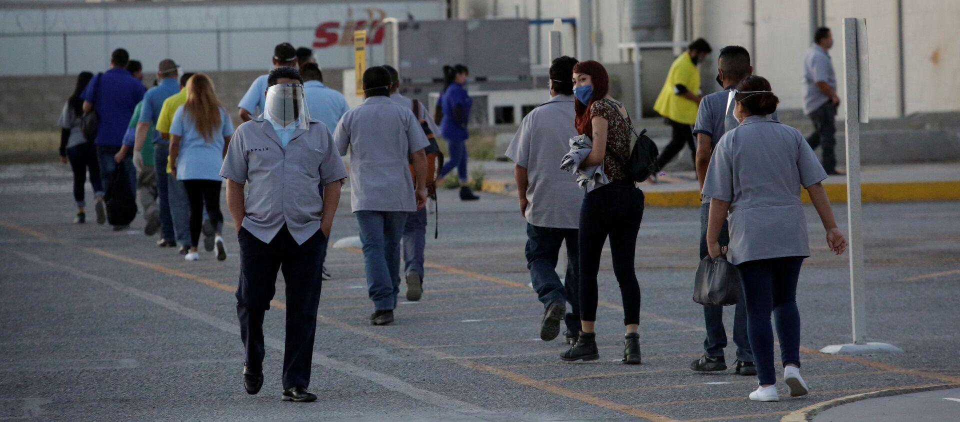 Trabajadores del fabricante estadounidense de autopartes Aptiv Plc llegan a la planta, en Ciudad Juárez, México, el 18 de mayo de 2020 - Sputnik Mundo, 1920, 02.06.2020