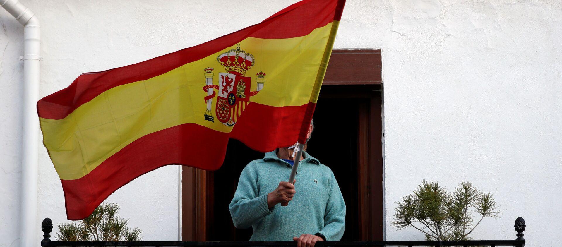 Una persona con una bandera de España - Sputnik Mundo, 1920, 20.05.2020