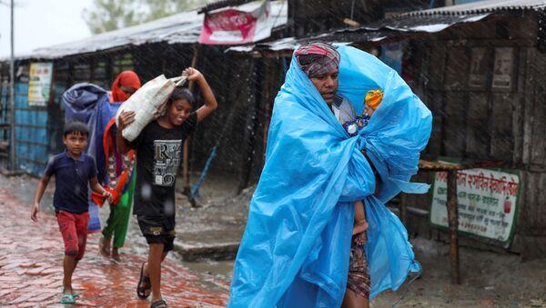 La India y Bangladesh están evacuando a más de siete millones de personas de las zonas bajas mientras un monstruoso ciclón se acerca a la bahía de Bengala. Es probable que el ciclón Amphan golpee a los países en categoría de tormenta ciclónica extremadamente severa, con vientos de más de 180 km por hora - Sputnik Mundo