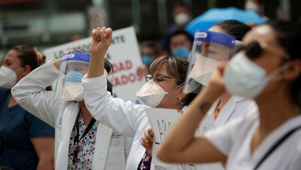 Protesta del personal médico de Hospital de la Mujer en Ciudad Juárez que atiende los pacientes de COVID-19 durante la pandemia - Sputnik Mundo
