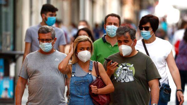 Personas con mascarilla en España - Sputnik Mundo