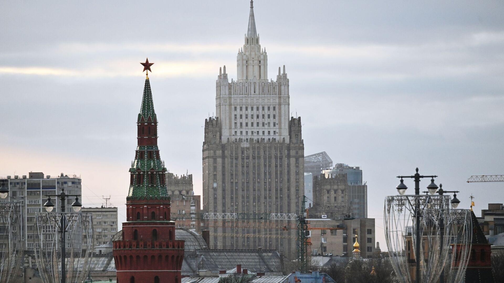 El edificio del Ministerio de Asuntos Exteriores ruso y una de las torres del Kremlin - Sputnik Mundo, 1920, 22.03.2021