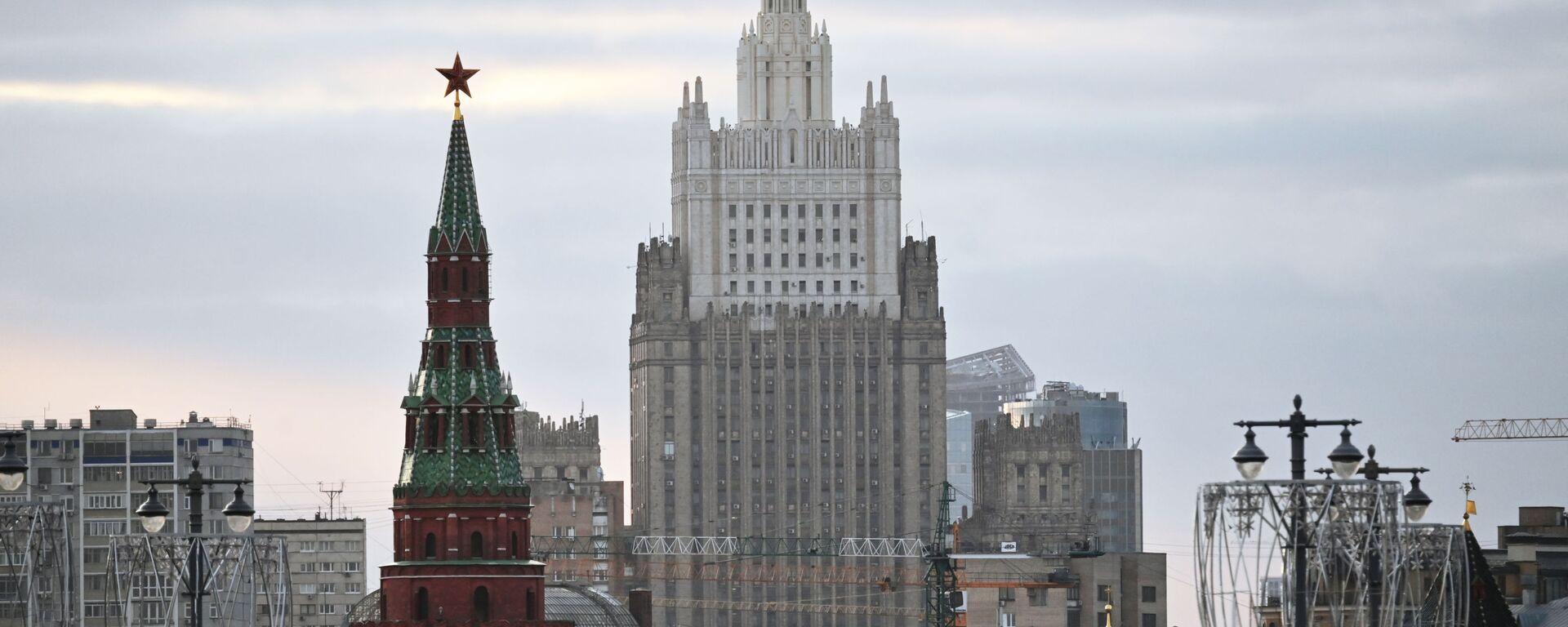 El edificio del Ministerio de Asuntos Exteriores ruso y una de las torres del Kremlin - Sputnik Mundo, 1920, 17.02.2021