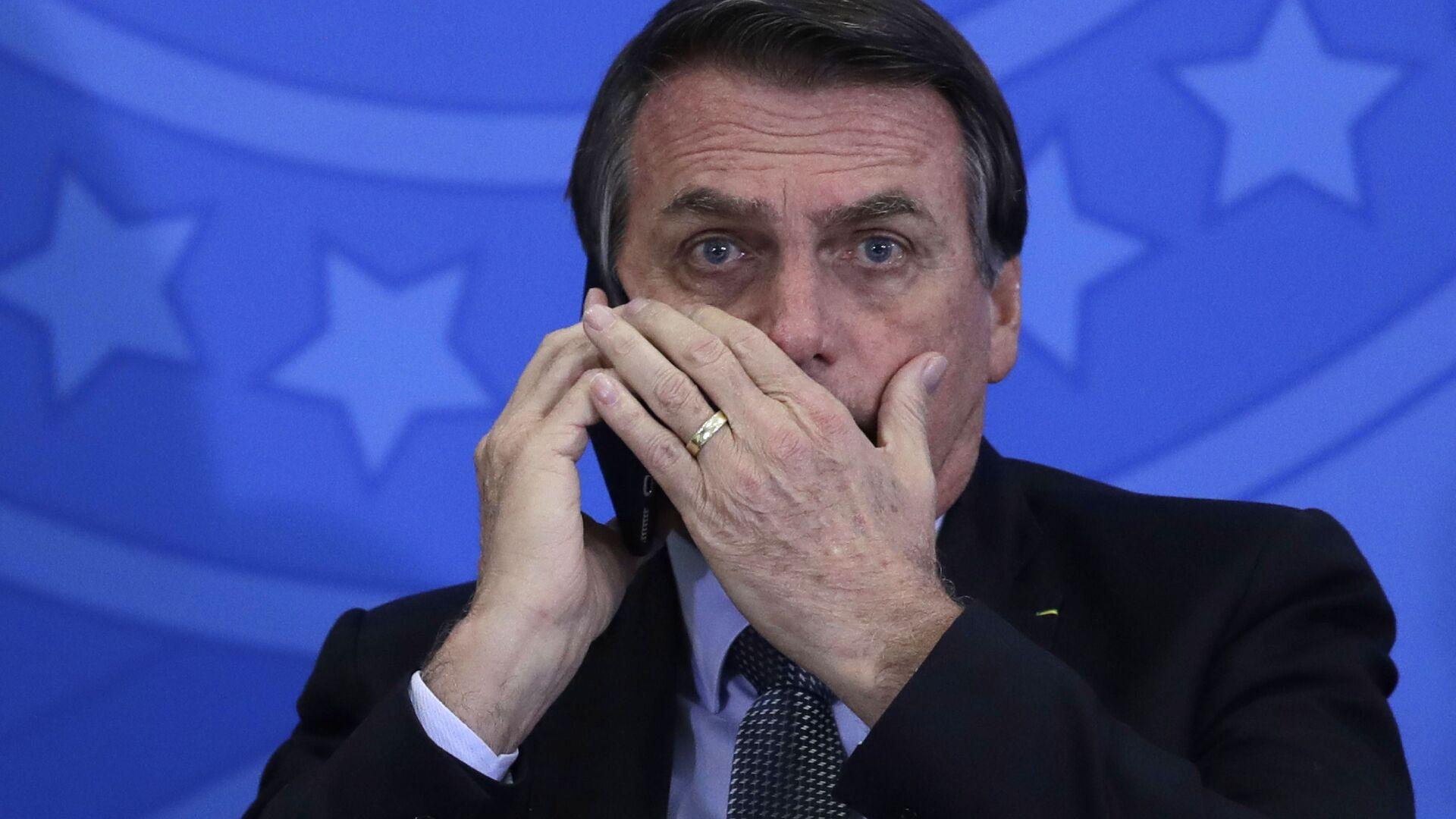 Jair Bolsonaro, presidente de Brasil, habla por teléfono móvil - Sputnik Mundo, 1920, 10.02.2021