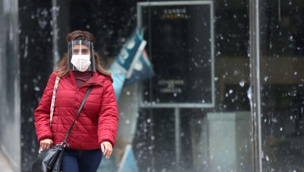 Una chica con mascarilla durante el brote de coronavirus en Argentina - Sputnik Mundo