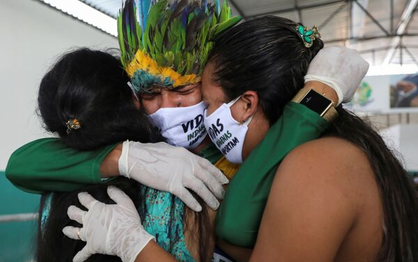 Miqueias Moreira Kokama asiste al funeral de su padre, el jefe indígena Messias Kokama, quien falleció por coronavirus - Sputnik Mundo