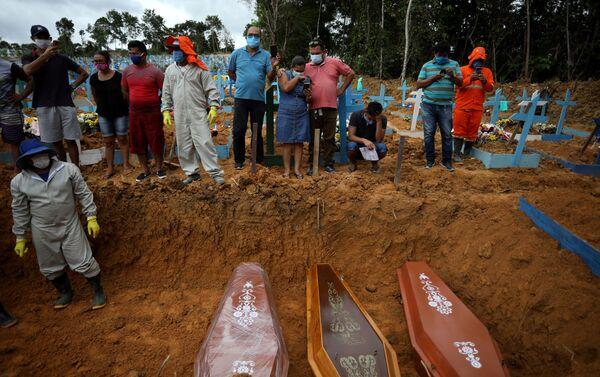 Entierro masivo de víctimas del coronavirus en el cementerio Parque Taruma en Manaos, Brasil, 26 de mayo de 2020. - Sputnik Mundo