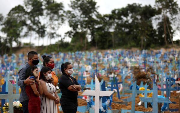 Familiares durante un entierro masivo de víctimas del coronavirus en el cementerio Parque Taruma en Manaus, Brasil, 26 de mayo de 2020 - Sputnik Mundo