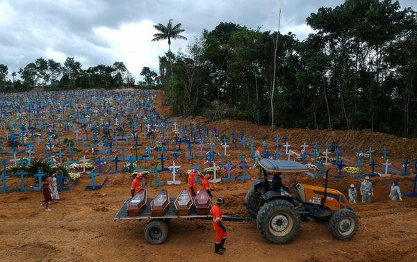 Sepultureros trabajan durante un entierro masivo de víctimas por coronavirus en el cementerio Parque Taruma en Manaos, Brasil, 26 de mayo de 2020 - Sputnik Mundo