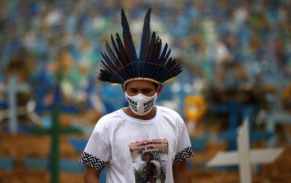 El indígena Miqueias Moreira Kokama usa una máscara facial protectora con palabras que dicen: Las vidas indígenas importan - Sputnik Mundo