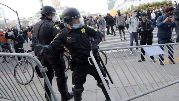 Policía de Minneapolis durante las protestas en EEUU - Sputnik Mundo