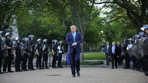 El presidente de EEUU Donald Trump rodeado de policías en Washington - Sputnik Mundo