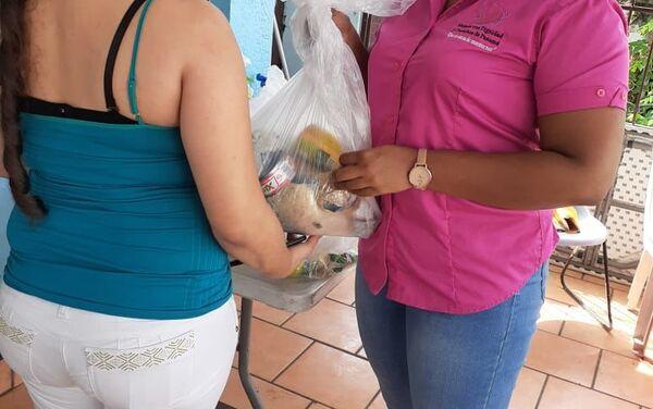 Reparto de canastas por trabajadoras sexuales de la RedTraSex en Panamá - Sputnik Mundo