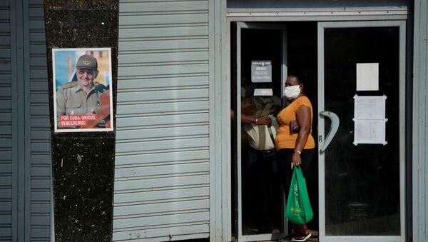 Una imagen de Raúl Castro, expresidente de Cuba, en la calle durante la pandemia del COVID-19 - Sputnik Mundo