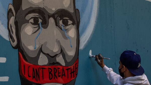 Граффити с изображением убитого полицейским афроамериканца Джорджа Флойда в Лос-Анджелесе - Sputnik Mundo