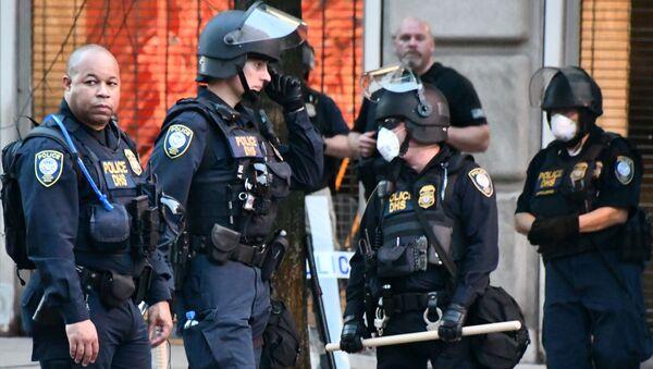 Policía durante las portestas en EEUU - Sputnik Mundo