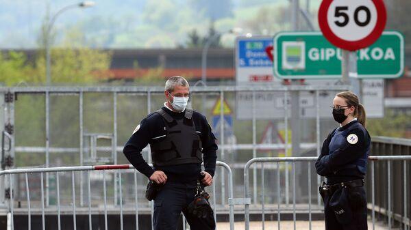 Policías en mascarillas en la frontera entre España y Francia - Sputnik Mundo