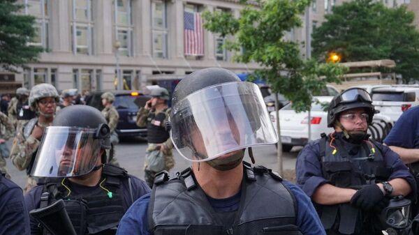 Policía durante las protestas en Washington, EEUU - Sputnik Mundo