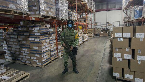 Soldado vigila un almacén con material médico en la ciudad mexicana de Monterrey (imagen referencial) - Sputnik Mundo
