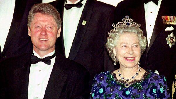 Bill Clinton junto a la reina Isabel II, en 1994 - Sputnik Mundo